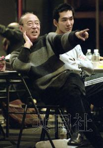 1997年12月,蜷川幸雄在舞臺劇《羅密歐與朱麗葉》排練中指導演員。攝于彩之國埼玉藝術劇場。圖片來源:日本共同社。