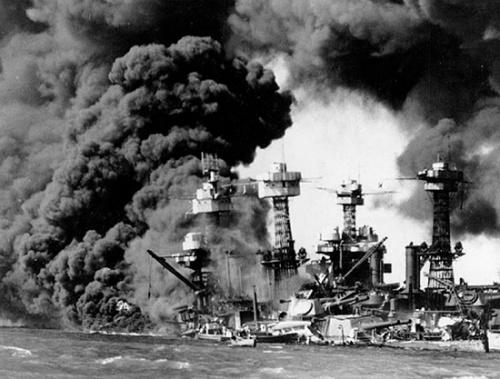 1941年12月7日,日本海军在未宣战的情况下偷袭珍珠港,重创美军舰队。