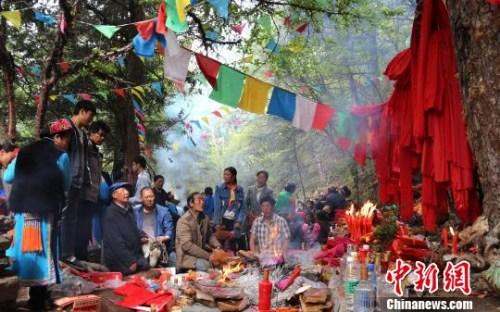 四川茂县羌族群众举行感恩节祭祀活动