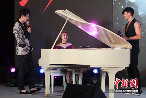 夏梓桐弹钢琴