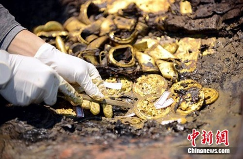 图为南昌西汉海昏侯墓考古现场出土的很多黄金。(材料图) 中新社记者 郭晶 摄
