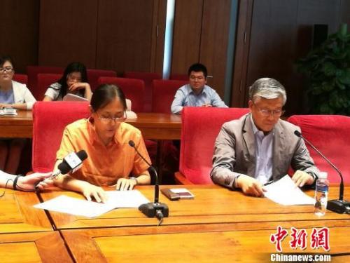 石鲁之女石丹(左)宣读声明,右为中国国家博物馆副馆长陈履生。 应妮 摄