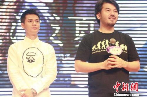 《泡沫之夏》导演赖俊羽、罗仲谦亮相四川大学锦城学院引爆现场。 钟欣 摄
