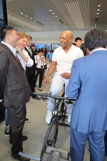 泰森试骑乐视体育超级自行车