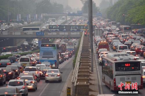 资料图 图为北京东三环主路农展桥附近拥堵严重。记者 金硕 摄