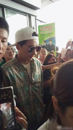 粉丝晒出李易峰27日早上在机场的相片,力证偶像形态精良