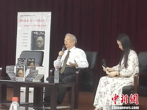 5月27日下午,叶龙(左)在钱穆版《中国文学史》新书发布会上发言。