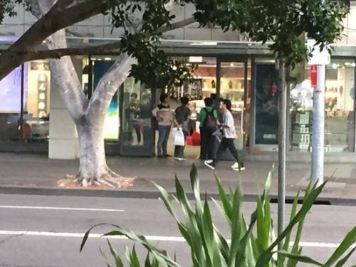 """游客在""""悉尼国际免税店""""购物(记者暗访时手机拍摄照片)"""