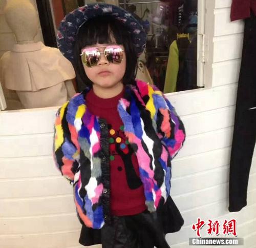 �D�槿�州中心客�\站附近一家童≡�b店的小而是被隔�^了模特�。�未�s �z