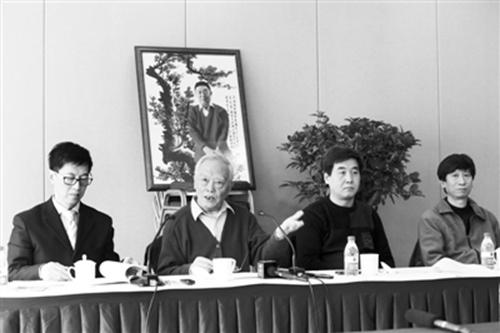 2013年3月,季羡林之子季承(左二)在媒体通气会上。记者浦峰 摄 图片来源:新京报