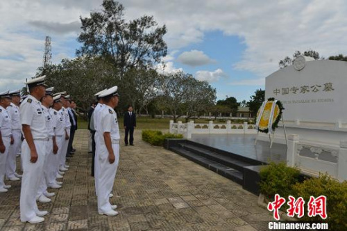护航官兵党员代表在中国专家公墓前整齐列队、军容严整、表情凝重。 彭海 摄