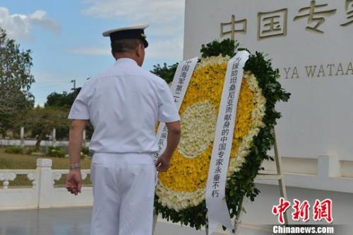 编队指挥员陈强南走到花圈前,仔细整理缎带。 彭海 摄
