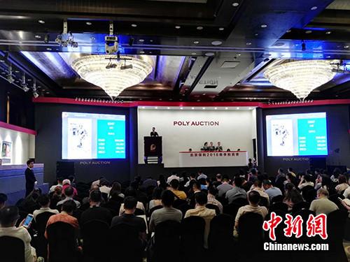"""今日,北京保利2016春季拍卖会在京举槌。在下午的""""中国当代水墨""""专场中,央视主持人朱军的水墨画《牧羊女》拍出130万元。图为拍卖会现场。宋宇晟 摄"""