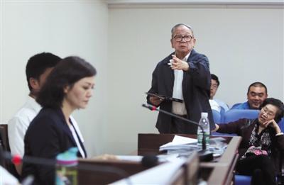 6月3日,北京二中院第13法庭,原告的宗子许化杰在法官同意下庭下讲话。 图像来历:新京报 记者 彭子洋 摄