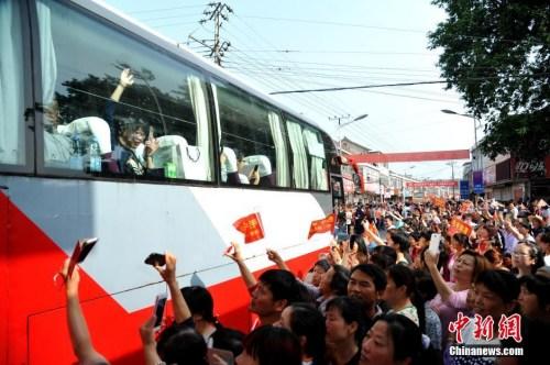 资料图:6月5日上午,19辆大巴车从毛坦厂校园缓缓开出,一年一度的万人送考拉开大幕。 记者 韩苏原 摄