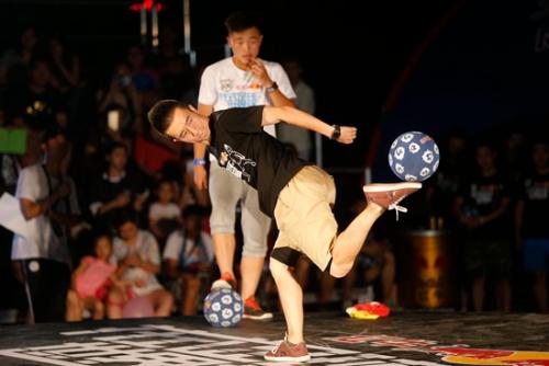 晋级选手陈亚光精彩比赛瞬间。