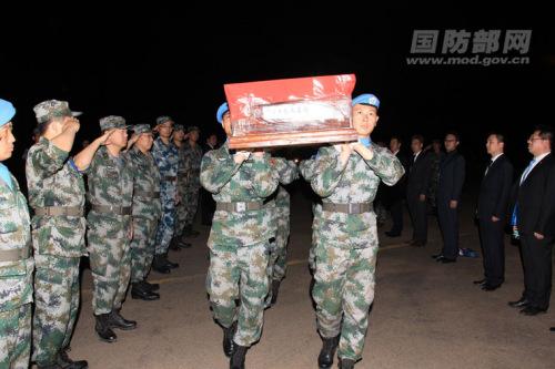 中国维和士兵申亮亮烈士灵柩启程。杨祖荣 摄