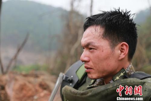 在40度的高温下,身穿密不透风的防护装具走下作业雷场,扫雷一队分队长郭志友大汗淋漓。 柯穴 摄