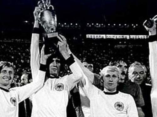 【1976年捷克斯洛伐克夺冠】帕年卡的勺子点球为捷克斯洛伐克锁定了1976年欧锦赛的冠军,这是应用最后赛制的最后一届欧锦赛。捷克斯洛伐克在点球大年夜战中击败了西德队。图片起源,新华网。