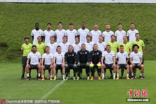 德国队全家福,主帅勒夫低调的站在了最边上。图片来源:Osports全体育图片社