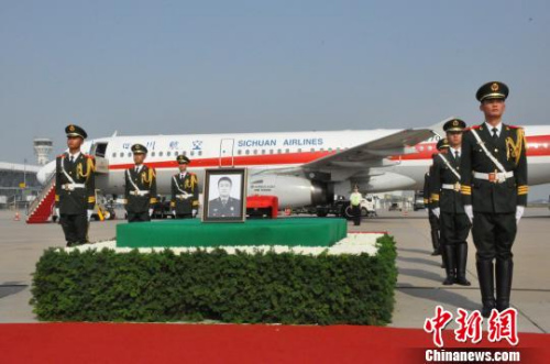 6月12日下午,烈士申亮亮魂归仪式在新郑国际机场停机坪举行。 韩章云 摄