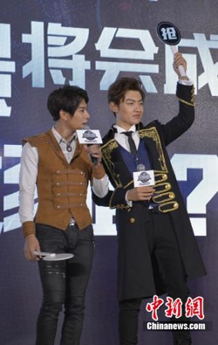 冯建宇(左)、王青(右)抢答环节互动。 李萌 摄