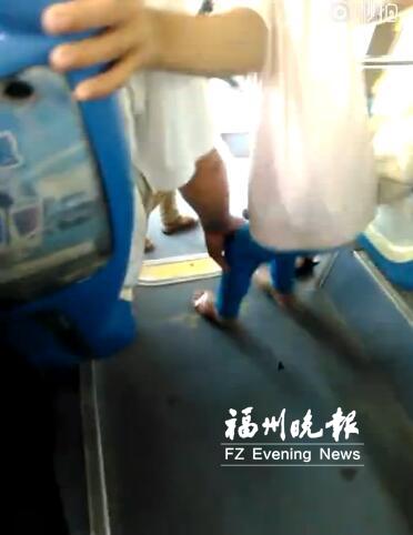 公交上咸猪手5次伸向小学生 中学生拍视频上网