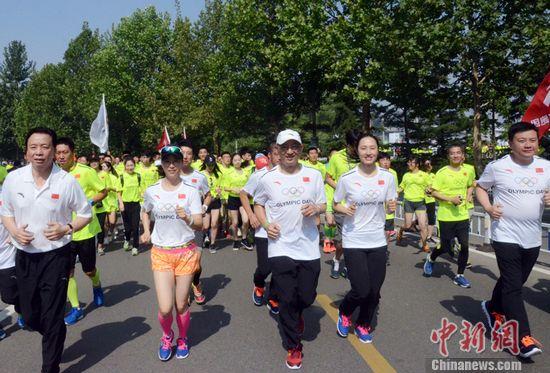 中国奥委会主席刘鹏等为长跑活动领跑