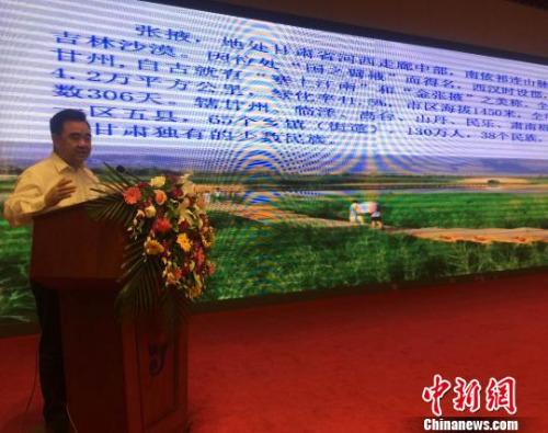 图为张掖市市长黄泽元像西宁市民介绍张掖市概况。 孙睿 摄