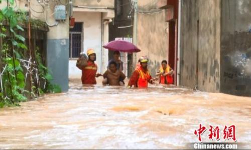 图为黄冈消防官兵涉水营救被困群众。(视频截图) 王积欢 摄