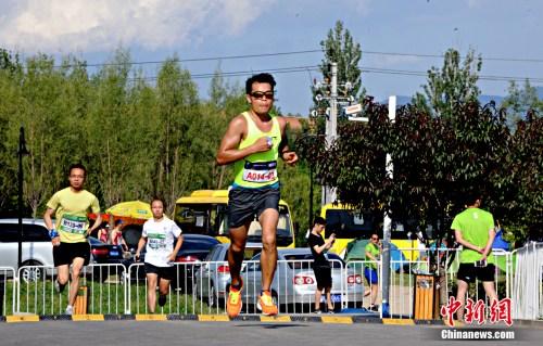 间断24小时的不连续接力跑,无疑是对跑者意志的最终磨练。中新网记者 李霈韵 摄