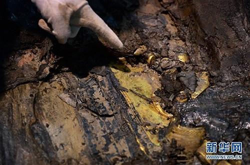 2015年12月,江西海昏侯墓考古人员在主棺的内外棺之间发现了多块金板。经秦汉考古权威专家确认,这是汉墓考古史上首次发现的金板,或将提供墓主人的重要信息。金板位于内棺和外棺之间的南侧空隙处,在精美的漆箱下面。目前,金板只露出一角,具体大小还看不清,目测有好几块叠压在一起。记者 程迪 万象 图片来源:新华网