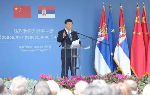 6月19日上午,国家主席习近平在贝尔格莱德参观河钢集团塞尔维亚斯梅代雷沃钢厂。这是习近平在钢厂发表热情洋溢的讲话。(新华社记者丁林 摄)
