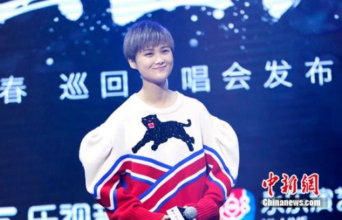 李宇春登台讲话露微笑。