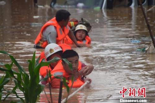 资料图:6月20日,贵州省黔西南州暴雨成灾。图为消防员抗洪救人。 黔西南消防 摄