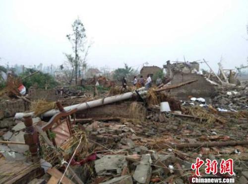 6月23日,江苏省盐城市阜宁县突遭强冰雹、龙卷风双重灾害袭击,图为受灾现场。 谷华 摄