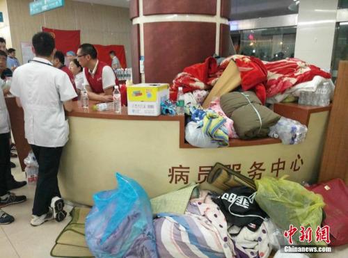 6月23日15时前后,江苏省盐城市阜宁、射阳等地出现强雷电、短时强降雨、冰雹、雷雨大风等强对流天气,局地遭龙卷风袭击,据初步统计,强对流天气造成因灾死亡78人,因灾受伤近500人,其中重伤近200人。图为在阜宁县人民医院,志愿者送来了大量的水,食物和棉被。中新网记者 谷华 摄