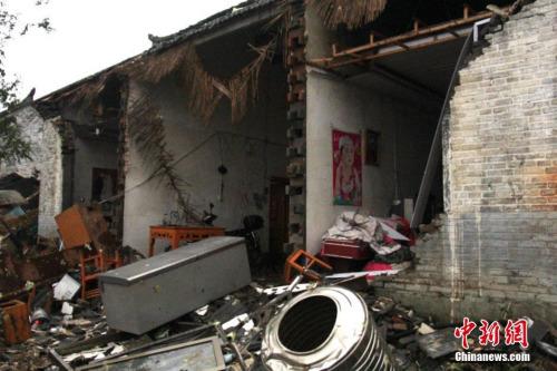 6月23日,江苏省盐城市阜宁县突遭强冰雹、龙卷风双重灾害袭击,已致51人死亡、多人受伤。图为阜宁县吴滩镇立新村遭遇龙卷风袭击后一片狼藉。中新社记者 谷华 摄