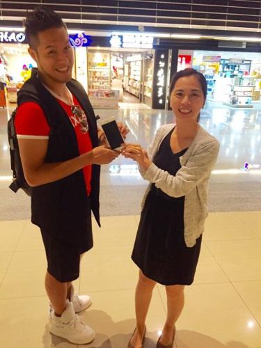 第一次来台旅游的香港男子Nelson(左),在六福村遗失手机,经园方找寻后赶在最后一刻送至机场,开心与六福村营销公关经理叶益亨(右)合影留念。