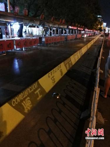 现场拉起警戒线后,夜市内人员逐渐被清空。宋宇晟 摄