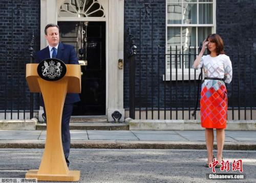 当地时间6月23日,英国举行了脱欧全民公投,根据公投计票结果表示,英国已表决选择退出欧盟。英国首相卡梅伦随后发表讲话称,将会辞去首相职务。图为卡梅伦在唐宁街10号门外发表演说。