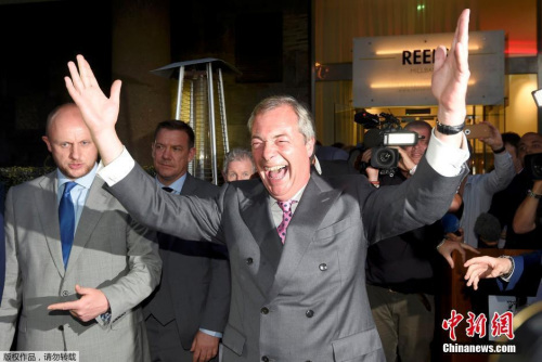 """英国独立党领袖法拉奇在投票结果出炉前,就开始提前庆祝脱欧胜利。法拉奇向记者表示,如果脱欧成为本次投票的最终结果,英国现任首相卡梅伦必须马上辞职,并称今天是英国的""""独立日""""。"""