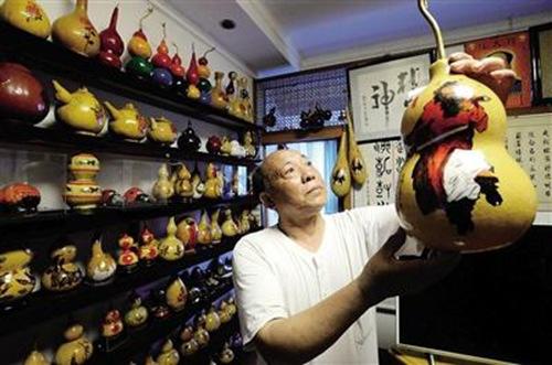 十几年来,卢怀志亲手制成数以千计的葫芦艺术品。记者 胡杰 摄 图片来源:重庆晨报