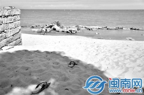 李密斯的拖鞋被扔在海滩进口处
