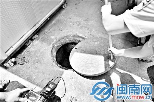 井盖平常是盖着的,工人的一句话惹起民警警惕
