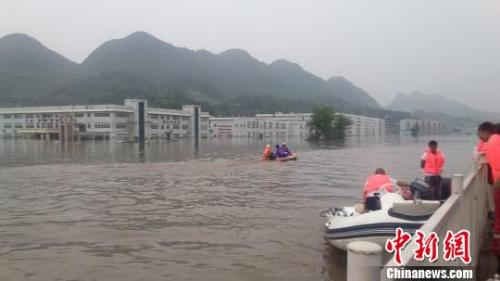 材料图。 图为搜救职员正在对受灾厂区高楼停止逐栋逐层搜刮。6月28日,贵州省织金县间断11小时强降雨,诱发洪水灾祸,路线积水重大,多处厂房被淹。 杨光振 摄