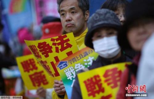 材料图:日本大众反对当局施行安保法