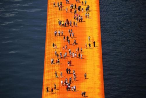 """伊塞奥湖上的""""浮动码头"""" 漫步水上观赏湖景(图)"""
