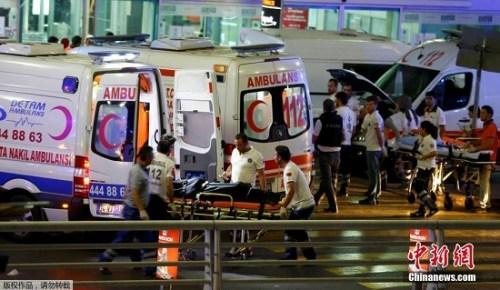 当地时间6月28日晚,土耳其伊斯坦布尔阿塔图尔克国际机场发生爆炸袭击事件。图为救护车运送伤员。