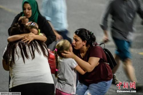阿塔图尔克国际机场发生爆炸后,现场民众互相安慰。